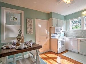 A kitchen or kitchenette at Delray Beach Home and Cottage
