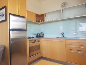 A kitchen or kitchenette at Waimahana Apartment 13