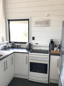 A kitchen or kitchenette at Waiheke Escape - Oneroa