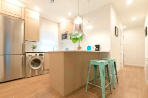 A kitchen or kitchenette at Friendly Rentals NoMaD La Latina
