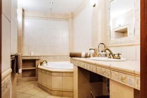 A bathroom at Art Apartments Ruzova