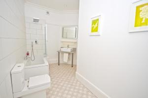 A bathroom at Stonefield Apartments
