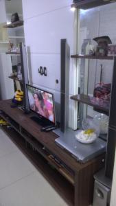 Una televisión o centro de entretenimiento en costa do mar