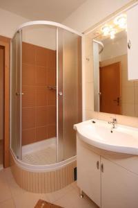 Ein Badezimmer in der Unterkunft Apartment Zivogosce - Mala Duba 6837b