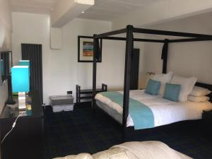 A bed or beds in a room at loch lomond apartments