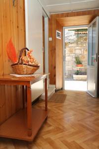 A kitchen or kitchenette at Apartment Zrnovo 9239a