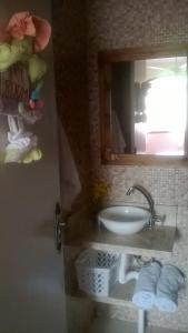 Un baño de Apto. casal com uma criança