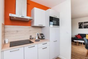 A kitchen or kitchenette at Appt standing avec parking privé Aéroport Airbus