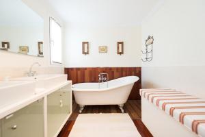 Een badkamer bij LUXURY VILLA PRIVATE POOL