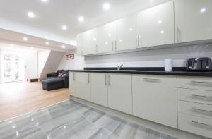 A kitchen or kitchenette at 6 Bed House Leeds Slps 16 (59)