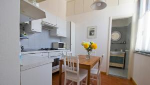 A kitchen or kitchenette at Italianway-Ripa di Porta Ticinese 55