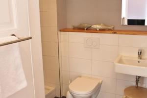 A bathroom at Apartment Flieder Zentral