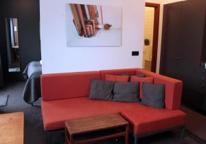 A seating area at Grettir Apartments