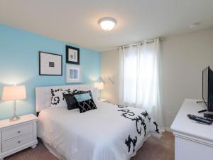 Uma cama ou camas num quarto em 2070 Windsor At Westside 5 Bedroom Townhome