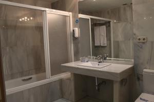 Ein Badezimmer in der Unterkunft Apartahotel Villa de Parla