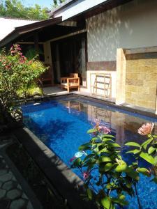 Kolam renang di atau di dekat Villa Sahabat