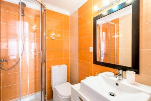 A bathroom at Pateo Santo Estevao-Self Catering Apartments