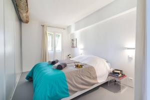 A bed or beds in a room at Le Rosseti - Long balcony, old town Nice