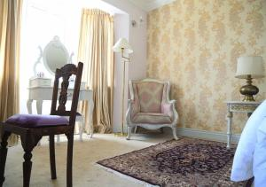 A seating area at Kent Cottage