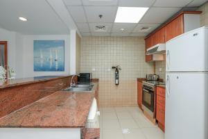 A kitchen or kitchenette at Kennedy Towers - Marina Diamond