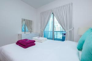 A bed or beds in a room at Kennedy Towers - Marina Diamond