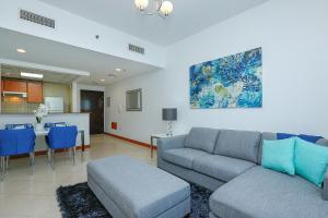 A seating area at Kennedy Towers - Marina Diamond