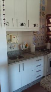Una cocina o zona de cocina en Apto com Vista para o Mar 108