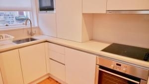 A kitchen or kitchenette at Temple House North Great Apartments