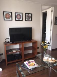 Una televisión o centro de entretenimiento en Bellavista Forestal Apartment