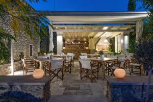 Een restaurant of ander eetgelegenheid bij Mare Monte Luxury Suites
