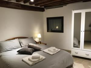 A bed or beds in a room at Mascherone Apartment