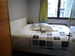 A bed or beds in a room at Zonnig Appartement met Zeezicht