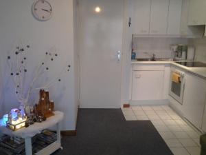 Cuisine ou kitchenette dans l'établissement Zonnig Appartement met Zeezicht