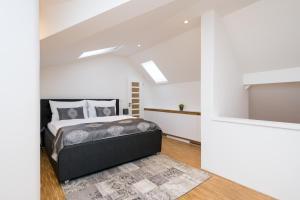 מיטה או מיטות בחדר ב-Love to Live Apartments