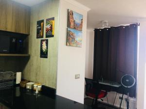 Una televisión o centro de entretenimiento en Home Studio with Amazing View
