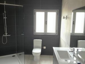 A bathroom at House near Fontelo