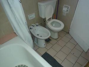Un baño de Departamento Cívico Bariloche