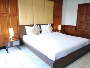 A bed or beds in a room at Patong Tower by United 21 Thailand