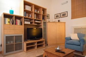 A television and/or entertainment center at ELEGANT APARTMENT IN SANT'AMBROGIO
