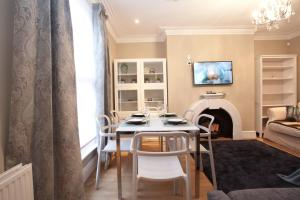 A restaurant or other place to eat at Two Bedroom Luxury Apartment by Town Hall
