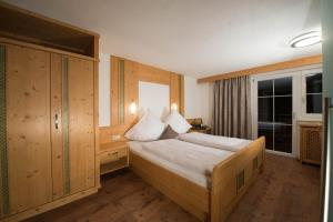 A bed or beds in a room at Apart Konrad