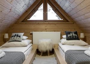 A bed or beds in a room at Domki pod Gubałówką