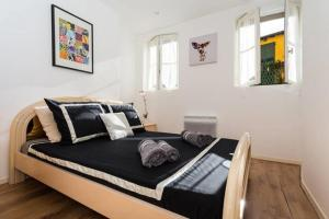 A bed or beds in a room at LE MALONAT - SPACIEUX F3, LARGE BALCON, CLIMATISATION, VIEUX-NICE