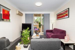 A seating area at Eastwood Furnished Apartments