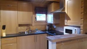 A kitchen or kitchenette at Lochinvar Log Cabin
