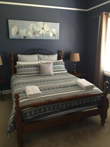 A bed or beds in a room at Aberdare Lodge