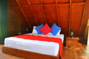 A bed or beds in a room at Raintree