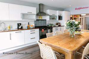A kitchen or kitchenette at Cosy Home; Sleeps 10/11. City 15 minutes' walk