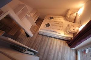 A bed or beds in a room at Altstadtferienwohnung Stade- ein zweites Zuhause finden
