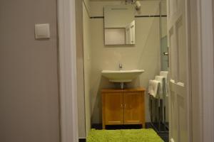 A bathroom at Dachgeschosswohnung am Hauptbahnhof